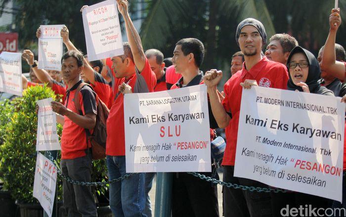 Sejumlah mantan pegawai 7-Eleven yang tergabung dalam Serikat Pekerja Modern Putra Indonesia (SPMPI) melakukan aksi demonstrasi.