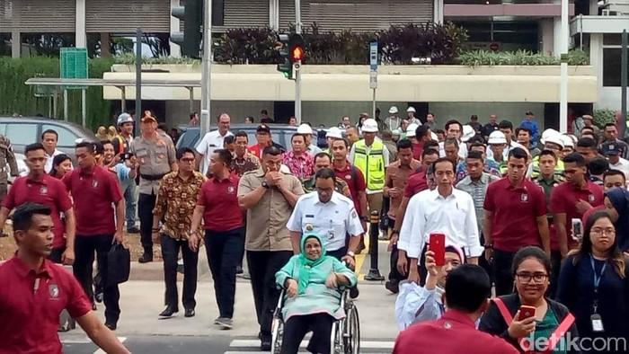 Jokowi, Anies, dan Basuki meninjau pelican crossing di sekitar Bundaran HI. (Muhammad Fida/detikcom)