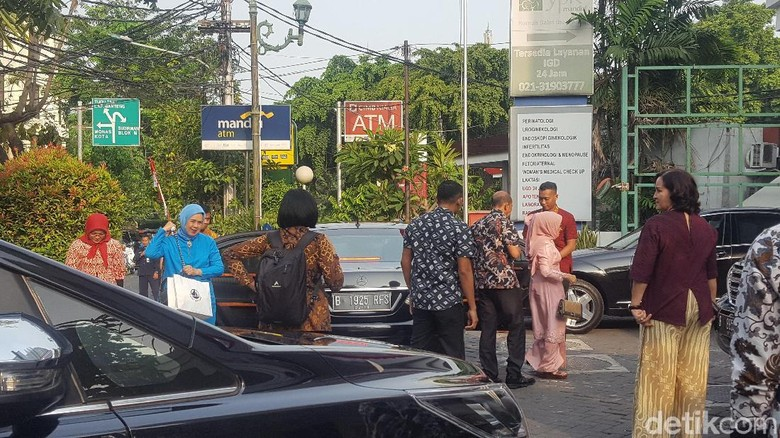 Mufidah Kalla hingga Istri Luhut Jenguk Kahiyang di RS YPK Mandiri