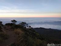 Sunrise dari puncak Gunung Ciremai. Serasa negeri di atas awan (Muhammad Idris/detikTravel)