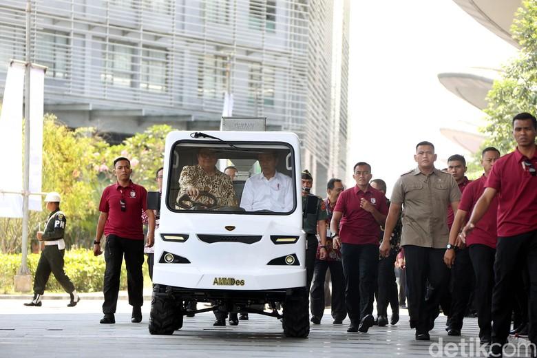 Airlangga Jadi Sopir Mobil Desa untuk Jokowi. Foto: Rengga Sancaya