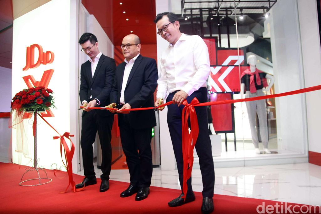 Peresmian pusat perbelanjaan tersebut dihadiri Zhang Li, Presiden Direktur JD.ID, David Hilman, Chief Operation Officer Agung Sedayu Ritel Indonesia, dan Santoso Kartono, Director Merchandiser JD.ID di Mall Pantai Indah Kapuk (PIK) Avenue, Jakarta, Kamis (2/8/2018).