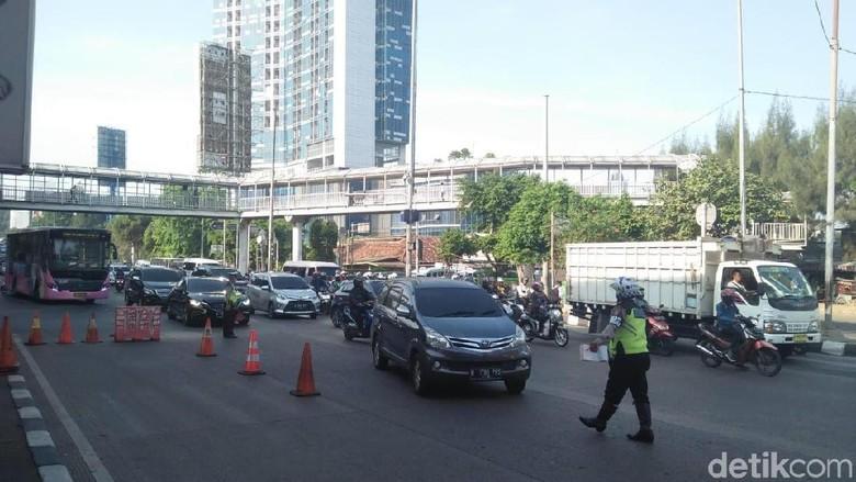 Polisi menilang mobil yang melanggar ganjil genap Foto: Nur Azizah/detikcom