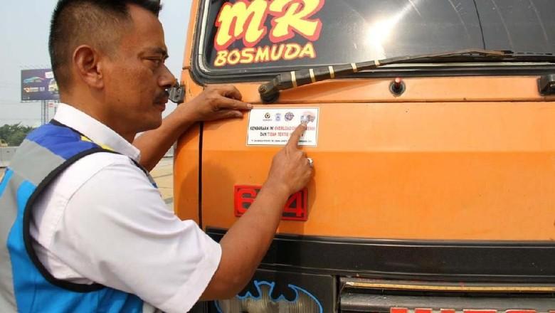 Jasa Marga cabang Jakarta-Tangerang-Cengkareng menggelar operasi Over Dimension dan Over Load di KM 9+600 arah Jakarta. 186 truk obesitas ditilang.