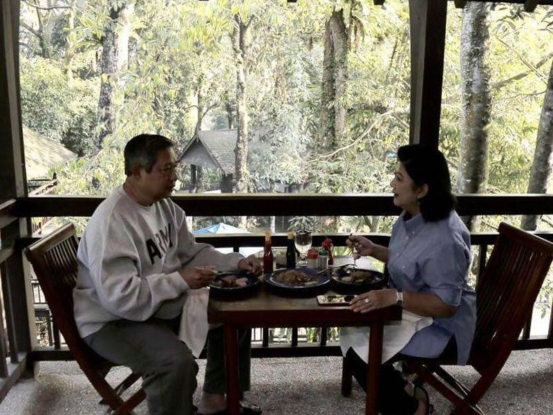 Kota Bogor tidak jauh dari Jakarta dan bisa jadi destinasi liburan romantis berdua dengan pasangan. Ayo nikmati aneka kuliner lezat di Bogor seperti SBY dan Ani Yudhoyono (@aniyudhoyono/Instagram)