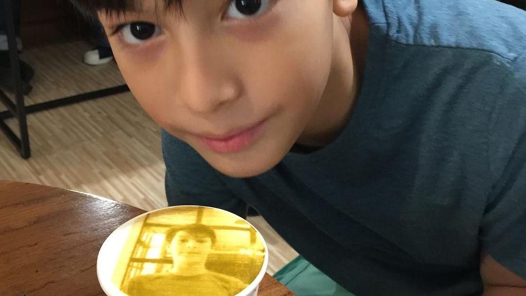 Duh Gantengnya Eddy Meijer, Anak Maudy Koesnaedi yang Suka Makan