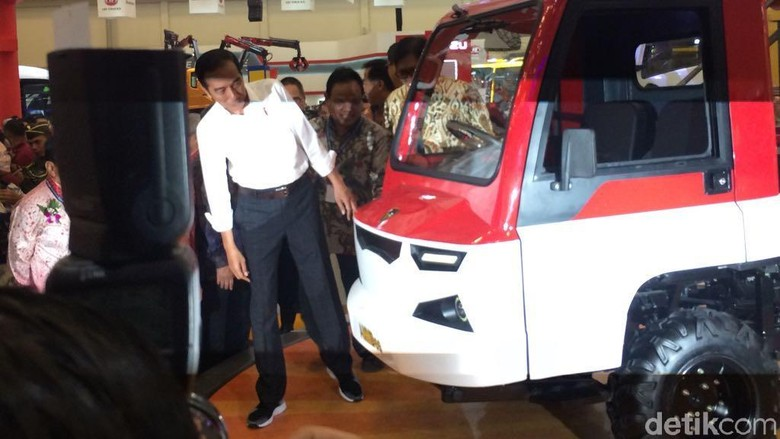 Presiden Joko Widodo melihat mobil desa (Foto: Khairul Imam Ghozali)