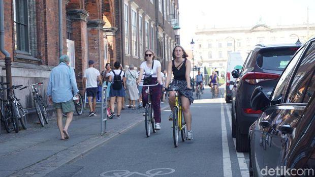 Banyaknya jalur khusus sepeda membuat kota tersebut bagaikan surga bagi para pegowes.