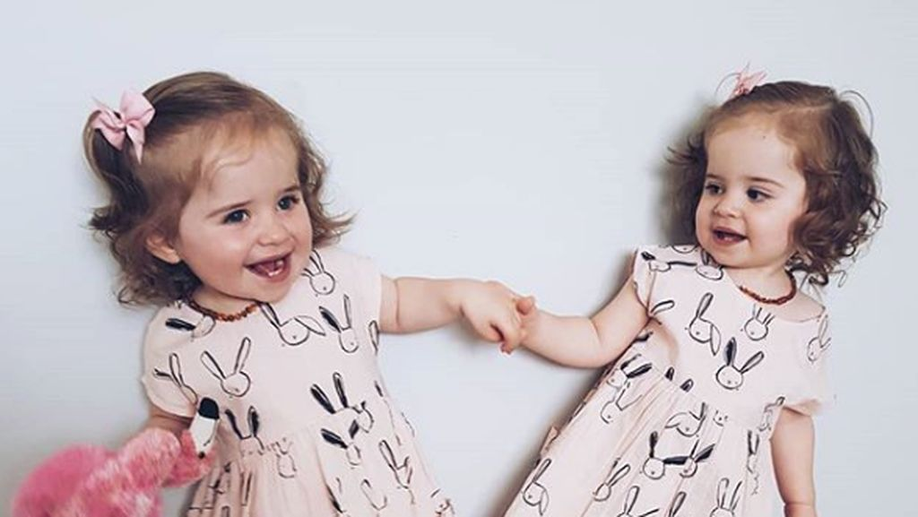 Potret Balita Kembar Identik yang Imut dan Manis Banget