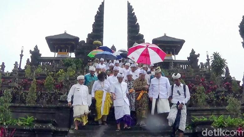 Momen pejabat IMF-World Bank doa bersama di Pura Besakih (Nandhang Astika/detikTravel)
