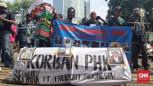Pendemo PT Freeport Indonesia, di Jakarta, Kamis (2/8). (CNN Indonesia/Setyo Aji Harjanto)