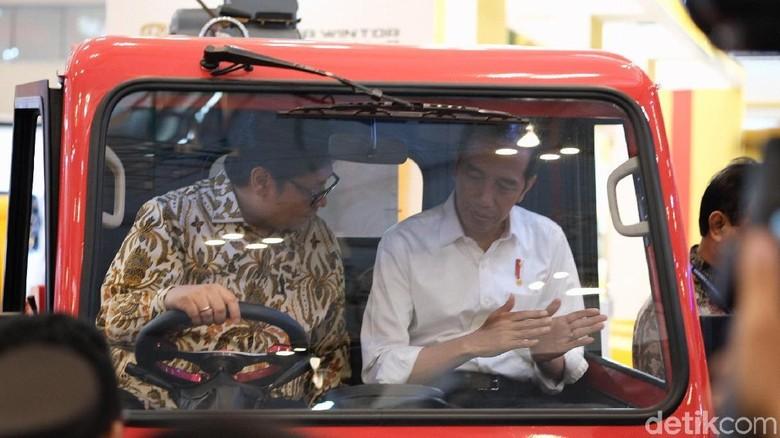 Presiden Joko Widodo dan Menperin Airlangga Hartarto menjajal mobil desa. Foto: Andhika Prasetia