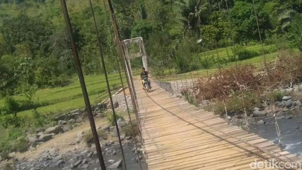 Senangnya Warga, Perbaikan Jembatan Mangkrak Maros Hampir Rampung