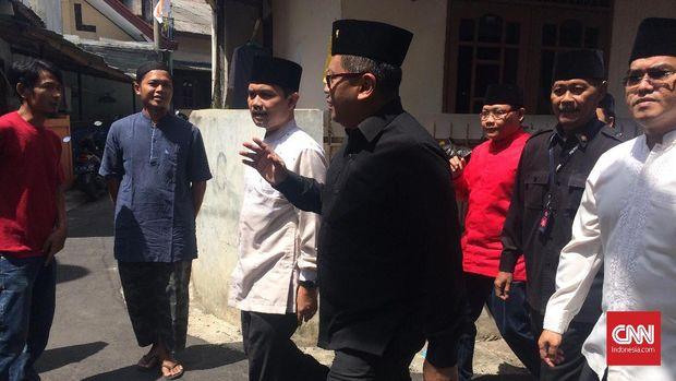 Sekjen PDIP Hasto Kristiyanto sat melayat Yusuf Supendi, di Jakarta.