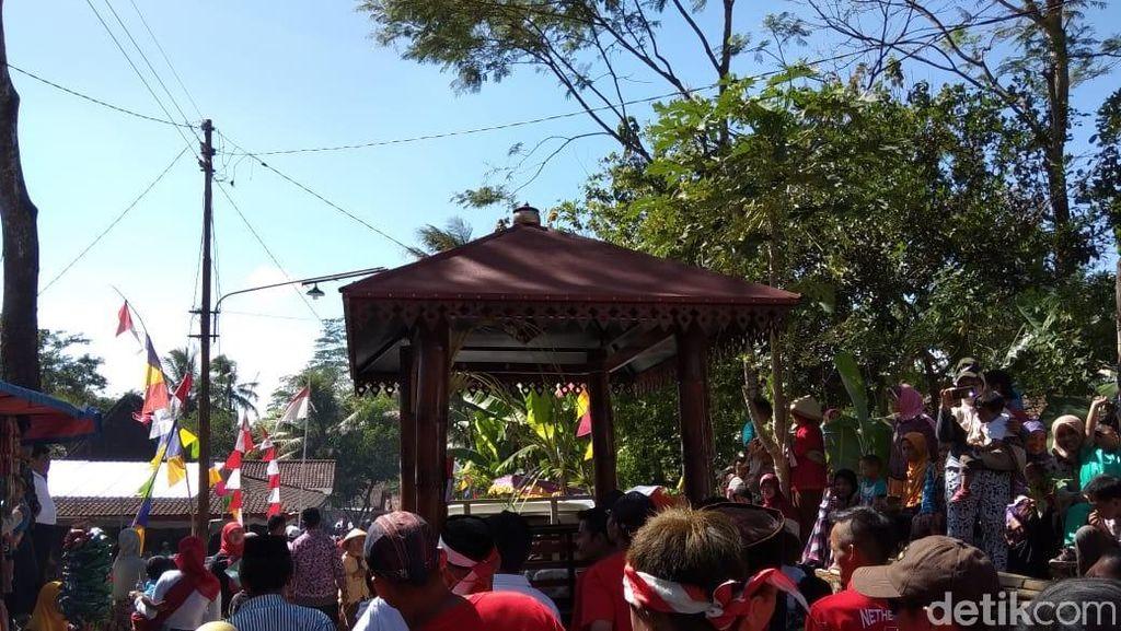 Saat Belasan Gazebo Diarak Keliling Desa di Semarang