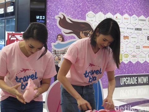 Ririn Ekawati dan Laura Basuki dalam peluncuran traveling bra dari Wacoal.