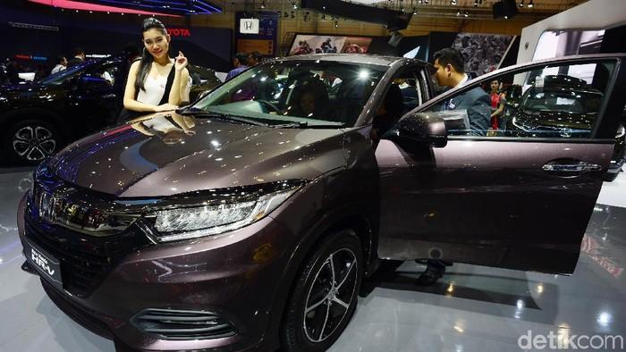 Sales promotion girl (SPG) memamerkan Honda HR-V di ajang Gaikindo Indonesia International Auto Show (GIIAS) 2018, ICE BS, Tangerang.