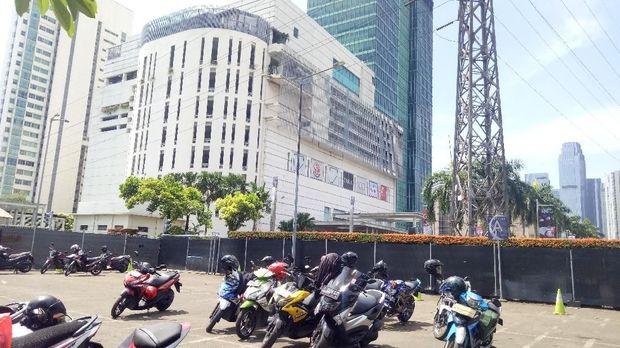 Parkiran motor di samping mal Senayan City yang djadikan tempat relokasi pedagang sate taichan