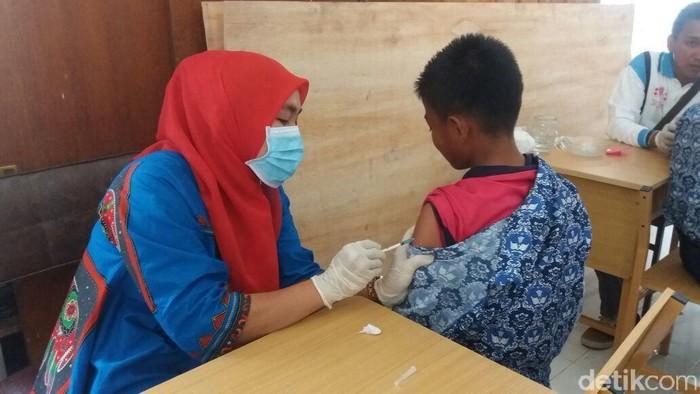 Tolak vaksin karena sudah cukup lindungi anak dengan ASI saja? Foto: Imunisasi MR di Maros (Bakrie-detik)