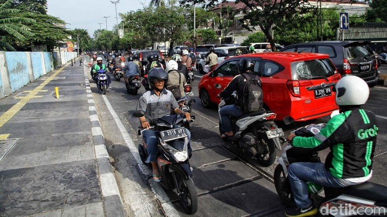 Aksi tak tertib pengendara sepeda motor masih banyak dijumpai di jalanan ibukota. Rata-rata mereka melawan arus dan menerobos trotoar. Foto: Rifkianto Nugroho