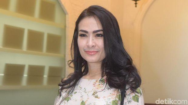 Anggun C Sasmi Menikah di Bali, Aretha Franklin Meninggal Dunia