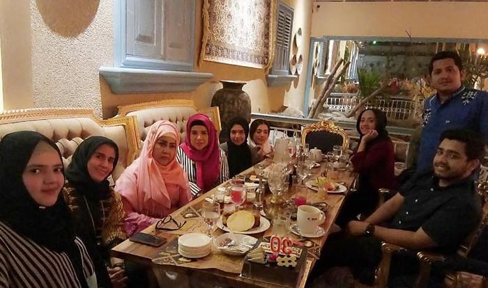Belum lama ini Elvy merayakan ulang tahun pernikahan anaknya Fitria. Ia sekeluarga mengadakan syukuran makan malam bersama di sebuah restoran Arab. Foto: Instagram elvy_sukaesih