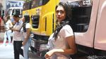 Bibir Merah Menyala Gadis Tata Motors