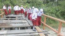 Anak-anak di Kampar Riau Ini Rela Menantang Maut Demi Sekolah