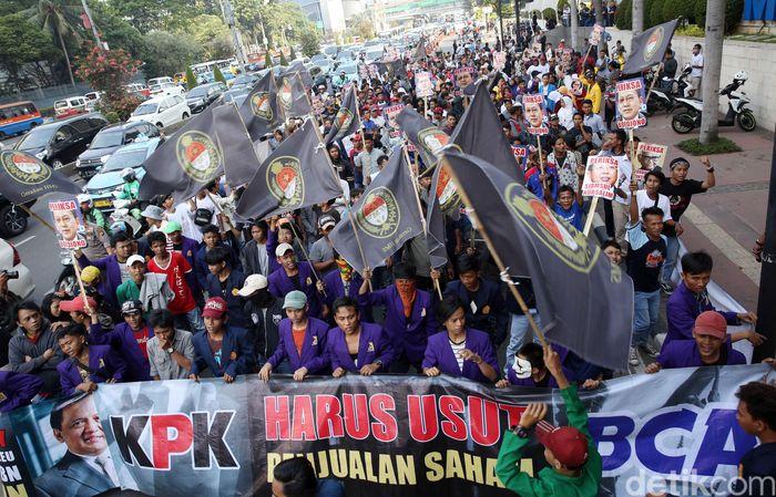 Massa yang tergabung dalam Gerakan Hidupkan Masyarakat Sejahtera (HMS) melakukan aksi unjuk rasa di depan Menara BCA, Jakarta, Jumat (3/8/2018).