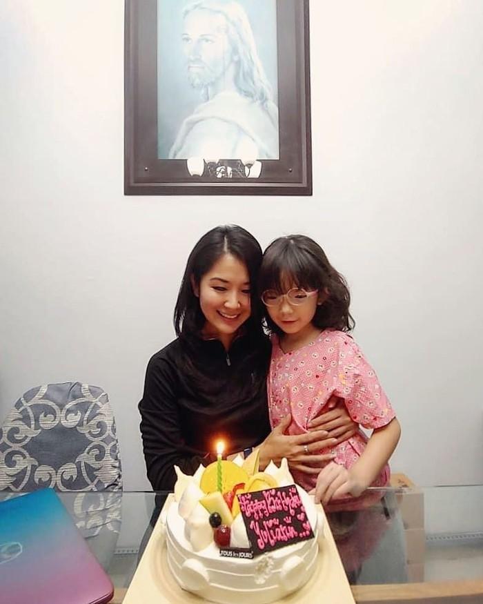Bersama dengan sang anak, Liana Tasno terlihat sedang merayakan hari ulang tahunnya. Cake dengan rasa manis dan berlapis krim pun disuguhkan langsung di depan wanita cantik ini. Foto: Instagram @lianatasno