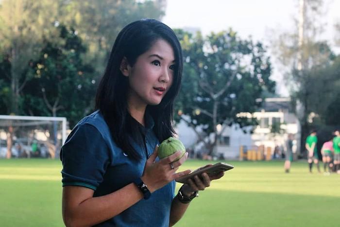 Agar terlihat tetap awet muda. Wanita kelahiran 19 Juli 1983 ini pun selalu menyempatkan diri untuk menikmati buah setiap hari. Foto: Instagram @lianatasno