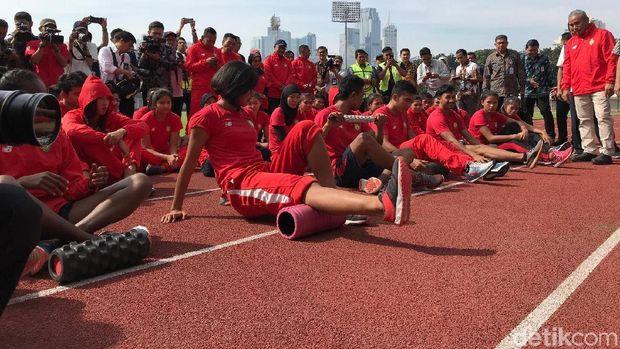 Tinjau Pelatnas Atletik di GBK, JK Disambut Zohri
