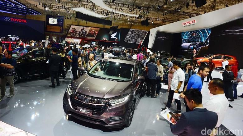 Gaikindo Indonesia International Auto Show (GIIAS) 2018 di ICE, BSD, Tangerang, memasuki hari kedua. Hari ini pengunjung membludak.