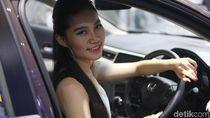 Tak Hanya Mobil, SPG Ini Bikin Betah Berlama-Lama di GIIAS