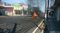 City Car Ini Terbakar Setelah Tabrak Tiang Telepon