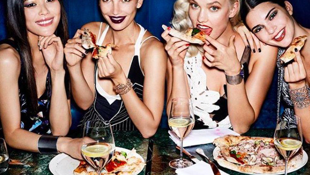 Gaya Seksi Model Lily Aldridge Saat Makan Gelato hingga Pizza