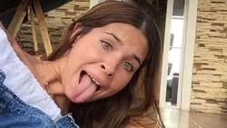 Pada umumnya lidah manusia rata-rata 5 cm hingga 6 cm. Tapi kenyataannya, ada pula orang yang punya lidah lebih panjang. Ya, seperti para wanita ini.