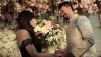 Proses pertunangan itu digelar dengan tema bunga-bunga. Foto: Asep/detikHOT