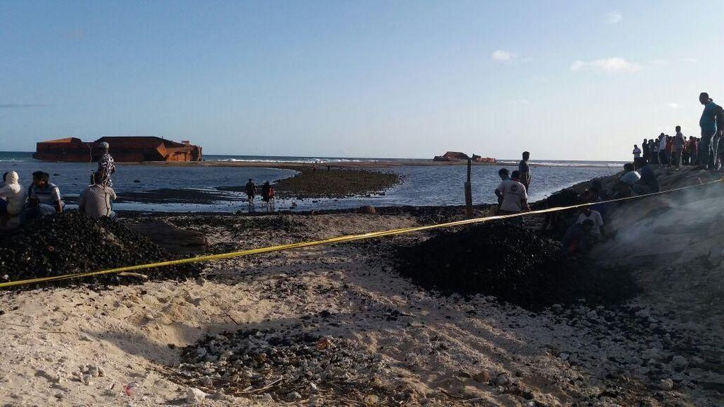 Dihantam Badai, Kapal Tongkang Batu Bara Terbelah Dua di Pantai Aceh
