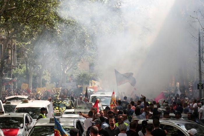Pengemudi atau sopir taksi konvensional di Barcelona, Spanyol menggelar unjuk rasa untuk protes keberadaan taksi online. Albert Gea/Reuters.