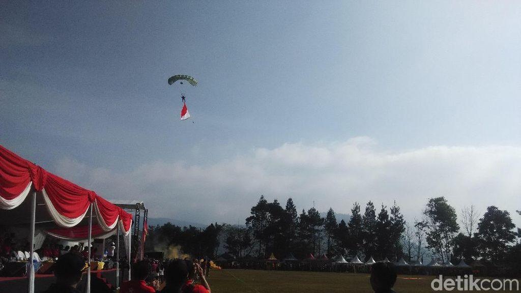 Aksi Flypass hingga Terjun Payung Meriahkan HUT Sesko AU ke 55