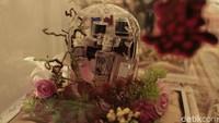 Beberapa parfum dihias dengan bunga-bunga indah. Foto: Asep/detikHOT