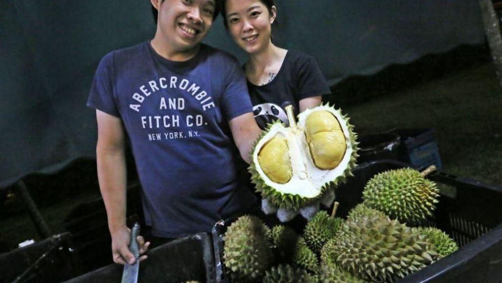 Wow, Rayakan Ultah Pernikahan Pasangan Ini Bagikan 2.200 Kg Durian!