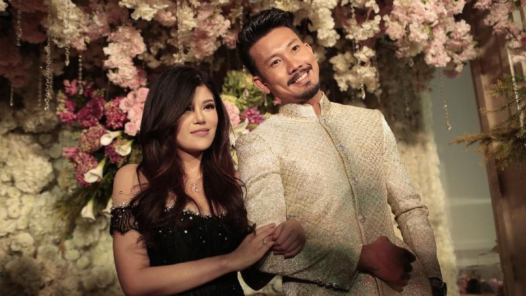 Lamaran, Sosialita Dita Soedarjo Kekasih Denny Sumargo Cantik Berkebaya Pink
