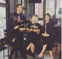 Seperti Ini Tampilan 6 Selebriti Hollywood Saat Makan Pizza