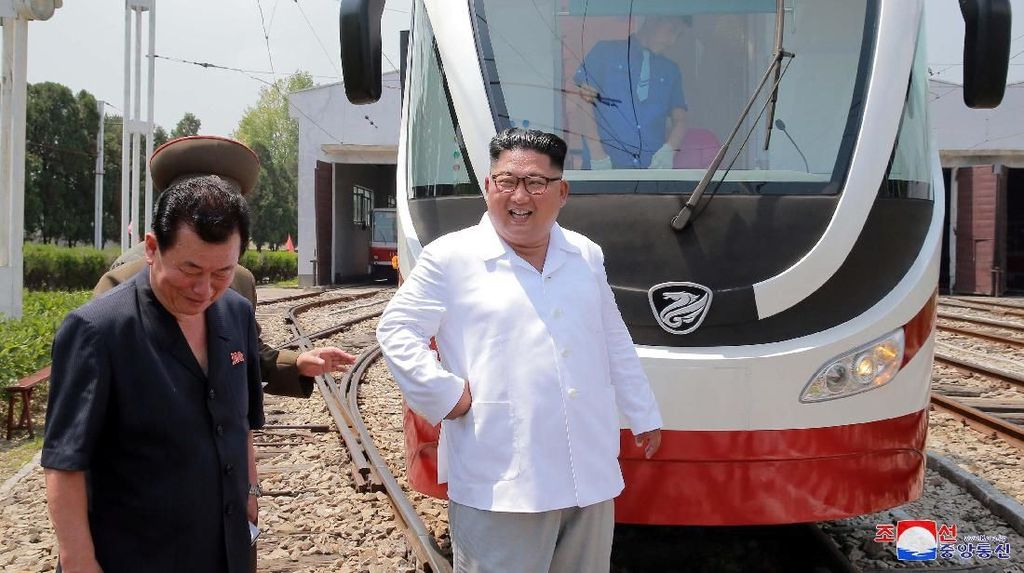 Foto: Saat Kim Jong-Un Blusukan ke Pabrik Bus di Pyongyang