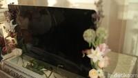 Denny Sumargo juga membawa iMac untuk tunangannya. Foto: Asep/detikHOT