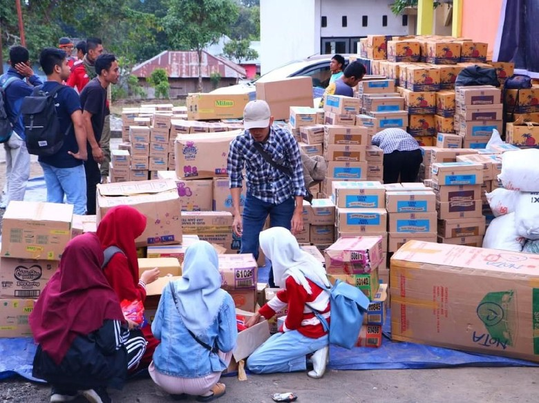 Fahri Hamzah Kirim Dua Truk Susu untuk Korban Gempa NTB