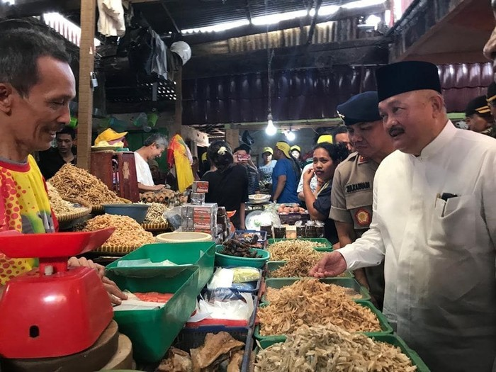Lewat instagram pribadinya @alexnoerdin.id, pria murah senyum ini sering memposting foto kegiatannya. Termasuk saat berkunjung ke pasar tradisional di Palembang dan memantau harga ikan asin.Foto: instagram @alexnoerdin.id