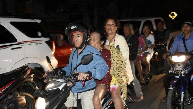 Kepanikan warga di Mataram saat gempa /